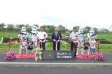 田んぼアート見ごろ宣言式に出席した(左から)7色の苗生産者の佐々木浩司さん、田舎館村の鈴木孝雄村長、測量士の工藤光治さん