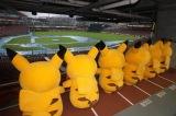 マツダスタジアムのグラウンドに降りしきる雨をただ、ただ見つめるピカチュウたちの切ないうしろ姿