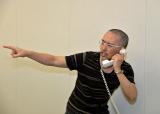 写真撮影でおもしろポーズをとってくれた田丸先生 さすがです (C)ORICON NewS inc.