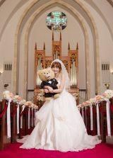 """大好きなテッドと""""結婚したい""""という想いを込めてウエディングドレス姿を披露した小嶋陽菜"""