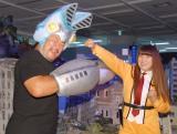 (左から)バルタン星人に扮した佐々木健介、科学特捜隊の衣装を身にまとった北斗晶 (C)ORICON NewS inc.
