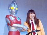 がちっり握手をかわした(左から)ウルトラマンA、北斗晶 (C)ORICON NewS inc.
