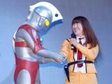 がちっり握手をかわした(左から)ウルトラマンA、北斗晶=『ウルトラマンフェスティバル2015』特別内覧会 (C)ORICON NewS inc.