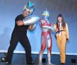 『ウルトラマンフェスティバル2015』特別内覧会に出席した(左から)佐々木健介、ウルトラマンA、北斗晶 (C)ORICON NewS inc.