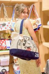 ディズニーストアにて=『ティーン・ビーチ2』の主演女優マイア・ミッチェル来日の模様(C)Disney