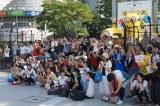 新宿アルタビジョンの前には約500人のファンが集結した