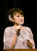 乳がんの経験などを話す山田邦子さん=25日、福井市のアオッサ県民ホール