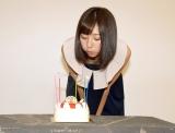 18歳の誕生日を迎え、ケーキのろうそくを吹き消す武田玲奈 (C)ORICON NewS inc.