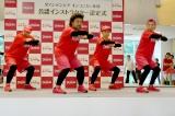 『キンコンカン体操』をレクチャーするパパイヤ鈴木とおやじダンサーズ (C)oricon ME inc.