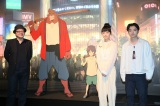 舞台あいさつ前に「バケモノの子」展を見学した(左から)細田守監督、宮崎あおい、染谷将太