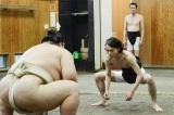 眉間にシワを寄せ、現職総理大臣のプライドを持って富士東関に体当たりする菅田将暉(C)テレビ朝日