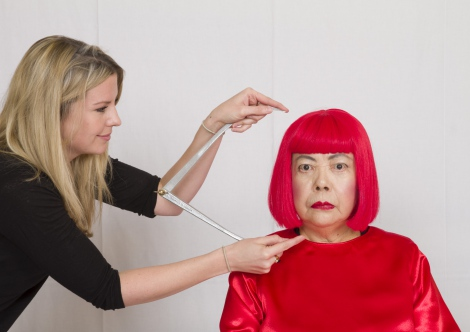 計測をする芸術家の草間彌生さん/The images shown depict wax figures created and owned by Madame Tussauds.