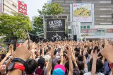 新宿駅前でゲリラライブを行ったMAN WITH A MISSION