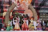 「祭り」をコンセプトに構成された『桃神祭2015』 photo by HAJIME KAMIIISAKA+Z