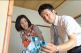 ドラマ『37.5℃の涙』で初の父親役を演じるピースの綾部祐二(右) (C)TBS