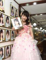 AKB48劇場の壁掛け写真を外して卒業した川栄李奈(C)AKS