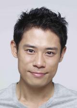 ドラマ『無痛〜診える眼〜』で為頼の相方刑事・早瀬順一郎を演じる伊藤淳史