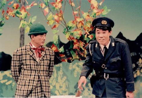 往年の花紀京さん(左)=けいどろ=盟友・岡八朗とのコンビで劇場を沸かせた
