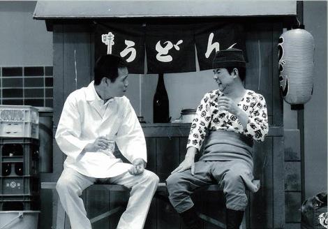 往年の花紀京さん(右)=うどん屋前=盟友・岡八朗とのコンビで劇場を沸かせた