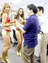 リアルゴールド チアリーダーに『リアルゴールド フレーバーミックス レモン』を手渡しされた男性社員たち (C)oricon ME inc.