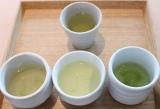 左下からブレンド前の高知産、宮崎産、静岡産のお茶。上は前田氏が合組したお茶