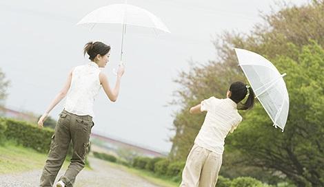 サムネイル 雨が降ると髪の広がってまとまりのない状態に