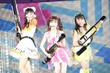 (左から)『AKB48真夏の単独コンサート in さいたまスーパーアリーナ〜川栄さんのことが好きでした〜』2日昼公演で「初めてのジェリービーンズ」を披露した北原里英、島崎遥香、川栄李奈 (C)AKS