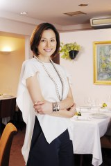 8月8日放送、HBC・TBS系『小さなレストランの挑戦〜米倉涼子を魅了した三ツ星の味〜』ナビゲーターとして米倉涼子が出演(C)HBC