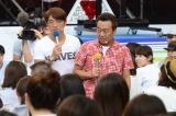 会場に紛れ込んだ芸能人を客席で捜索するさまぁ〜ず(C)テレビ朝日