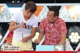 テレビ朝日系『さまぁ〜ず×さまぁ〜ず』屋外公開収録を行ったさまぁ〜ず。おつまみメニューを試食。二人の妄想から生れた料理の味は… !?(C)テレビ朝日