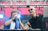 東京・新宿駅前でデビュー20周年イベントを開催したglobeの小室哲哉(左)とマーク・パンサー(右)
