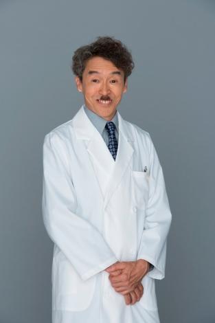 連続ドラマ『コウノドリ』で大澤院長を演じる浅野和之 (C)TBS