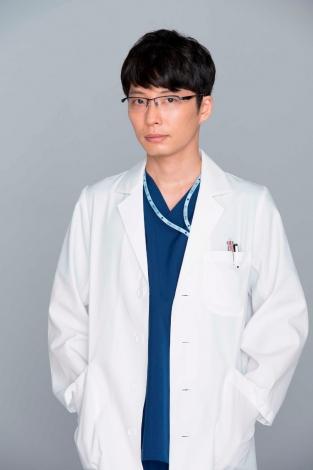 連続ドラマ『コウノドリ』で産婦人科医の四宮春樹を演じる星野源 (C)TBS