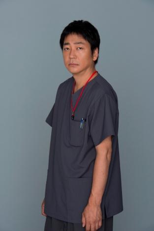 連続ドラマ『コウノドリ』で新生児科部長兼周産期センター長の今橋貴之を演じる大森南朋 (C)TBS