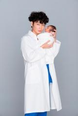 連続ドラマ『コウノドリ』で産婦人科医の鴻鳥サクラを演じる綾野剛 (C)TBS