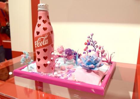 ファンタジスタさくらだがデザインしたチャリティーボトル=「コカ・コーラ」ボトル100周年企画『コカ・コーラ 三越伊勢丹 アートスリムボトルチャリティ』 (C)ORICON NewS inc.