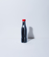 verbalがデザインしたチャリティーボトル=「コカ・コーラ」ボトル100周年企画『コカ・コーラ 三越伊勢丹 アートスリムボトルチャリティ』
