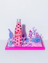 ファンタジスタさくらだがデザインしたチャリティーボトル=「コカ・コーラ」ボトル100周年企画『コカ・コーラ 三越伊勢丹 アートスリムボトルチャリティ』