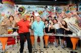 日本テレビ系情報番組『PON!』に米・NBC『ベター・レイト・ザン・ネバー』出演者が乱入 (C)日本テレビ