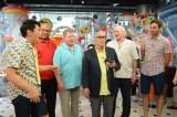 日本テレビ系情報番組『PON!』に米・NBC『ベター・レイト・ザン・ネバー』が乱入 (C)日本テレビ