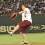 3ヶ月ぶりに公の場に登場し、始球式を行ったつんく♂ (C)ORICON NewS inc.