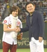 (左から)つんく♂ 、三木谷浩史オーナー (C)ORICON NewS inc.
