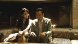 テレビ朝日系ドラマ『民王』第3話より。気弱な大学生・遠藤憲一もセクシー美女に迫られて…(C)テレビ朝日