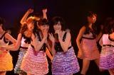 「みなさんもご一緒に」の間奏の長ぜりふでは西野未姫(左)に助けてもらった塚本まり子(右)=峯岸チーム4『アイドルの夜明け』公演 (C)AKS