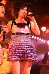 ミニスカート姿で熱唱した塚本まり子=峯岸チーム4『アイドルの夜明け』公演 (C)AKS