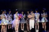 岡田奈々(右)がメッセージを代読=峯岸チーム4『アイドルの夜明け』公演の様子 (C)AKS
