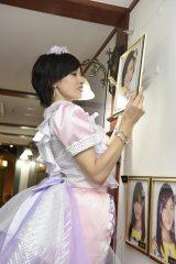 公演後に壁掛け写真を外す塚本まり子=卒業公演 峯岸チーム4『アイドルの夜明け』 (C)AKS