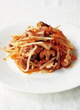 デリ風サラダ料理本『「ターブルオギノ」のDELIサラダ』(税抜1500円/世界文化社)もやしとしいたけも、エスニック風の味付けとアーモンドを入れたら味のメリハリがつく