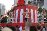 『みなとみらい大盆踊り大会』にサプライズで登場し、「一歩目音頭」を披露したAKB48