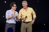 J.J.エイブラムス監督(左)とサプライズゲストのハリソン・フォード